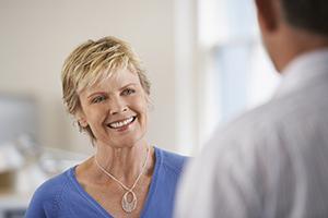 Frau, welche sich über Rheuma beim Arzt informiert